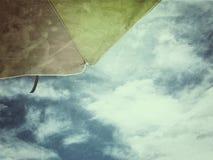 夏天概念bacground沙滩伞天空 免版税库存图片
