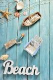 Bacground del verano con los accesorios de la playa en el tablero de madera azul Fotos de archivo libres de regalías