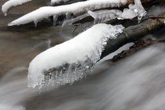 Bach im Winterwald Lizenzfreie Stockfotos