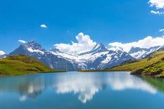 Bachalpsee und die Schneespitzen von Jungfrau-Region Stockbild