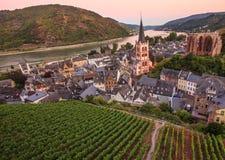 Bacharach, κοιλάδα του Ρήνου, Γερμανία Άποψη πανοράματος πόλεων με τον ποταμό του Ρήνου στο λυκόφως Στοκ φωτογραφία με δικαίωμα ελεύθερης χρήσης