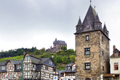 Bacharacher Marktturm和Stahleck城堡 免版税库存照片