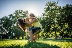 Bachata de danse de couples dans le chiffre éclairé à contre-jour par parc d'immersion de formation Image stock