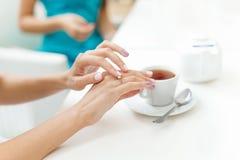 Bachelorette przyjęcia obrączki ślubnej zaręczynowy palec Fotografia Stock