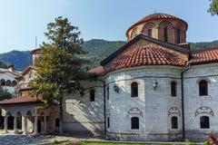 BACHKOVO修道院,保加利亚- 2017年8月23日:古老大厦在中世纪Bachkovo修道院里 库存照片