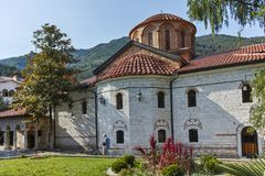 BACHKOVO修道院,保加利亚- 2017年8月23日:古老大厦在中世纪Bachkovo修道院里 免版税库存照片