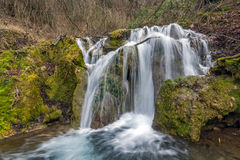 Bachkovo vattenfall applåderar i det Rhodopes berget, Bulgarien Arkivbilder