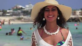 Baci di salto della donna ed ondeggiare alla spiaggia archivi video