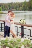Baci il giovane e la donna che abbracciano in natura Immagini Stock