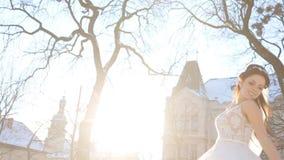 baci Neo-sposati delle coppie nell'inverno video d archivio