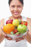Bacia asiática da terra arrendada da mulher de frutas Imagem de Stock Royalty Free