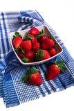 Bacia branca enchida com as morangos maduras frescas foto de stock
