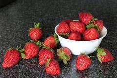 Bacia branca pequena enchida com as morangos apetitosas Imagem de Stock Royalty Free