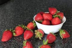 Bacia branca pequena enchida com as morangos vermelhas Imagens de Stock