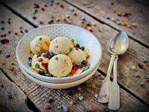 Bacia caseiro da luz do pêssego do gelado com chocolate colorido Fotografia de Stock
