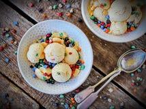 Bacia caseiro da luz do pêssego do gelado com chocolate colorido Fotografia de Stock Royalty Free