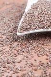 Bacia cerâmica branca completamente de sementes de cânhamo sobre velho Imagem de Stock