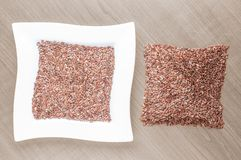 Bacia cerâmica branca completamente de sementes de cânhamo sobre velho Fotos de Stock Royalty Free