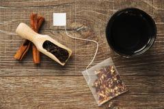 Bacia cerâmica de água quente para o chá e o saquinho de chá seguinte de encontro, vista superior Imagem de Stock