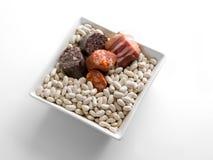 A bacia cerâmica do quadrado branco encheu-se com os feijões brancos, a salsicha, a salsicha de sangue e o bacon imagem de stock royalty free