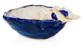 Bacia cerâmica feito a mão com os dois pássaros no amor na borda do prato O copo no azul da cor, azul marinho, branco, amarelo, c Fotografia de Stock