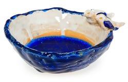 Bacia cerâmica feito a mão com os dois pássaros no amor na borda do prato O copo no azul da cor, azul marinho, branco, amarelo, c Fotos de Stock
