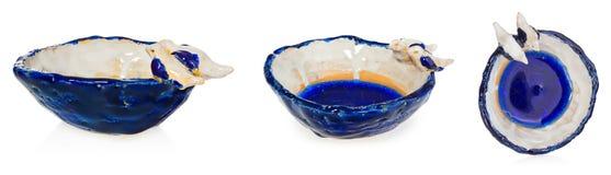 Bacia cerâmica feito a mão com os dois pássaros no amor na borda do prato O copo no azul da cor, azul marinho, branco, amarelo, c Foto de Stock Royalty Free