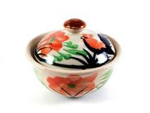 Bacia cerâmica floral com uma tampa isolada no branco imagem de stock royalty free