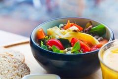 Bacia cerâmica preta com salada fresca orgânica colorida saudável Fotos de Stock Royalty Free