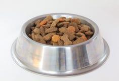 Bacia com alimento de cão seco imagens de stock royalty free