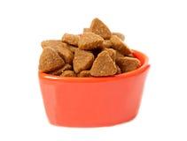 Bacia com alimento de gato seco fotografia de stock royalty free