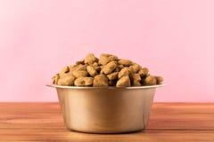 Bacia com alimento para cães em uma tabela de madeira Fim acima foto de stock royalty free