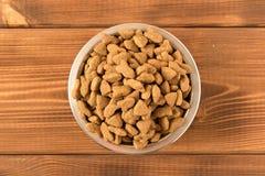 Bacia com alimento para c?es em uma tabela de madeira Fim acima fotografia de stock