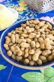 Bacia com amendoins crus fotos de stock royalty free