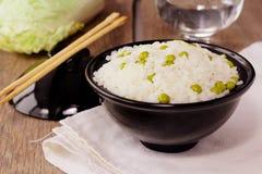 Bacia com arroz e as ervilhas verdes Fotografia de Stock