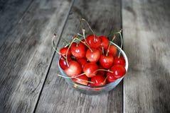 Bacia com as cerejas na tabela de madeira Fotos de Stock Royalty Free