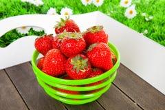 Bacia com as morangos frescas na bandeja imagem de stock royalty free