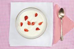 Bacia com as morangos no yogurt. Imagens de Stock