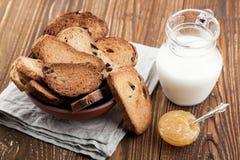Bacia com biscoitos e jarro de leite Fotos de Stock Royalty Free