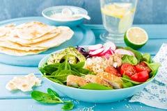 Bacia com carne da galinha, bulgur e salada grelhados do legume fresco das folhas do rabanete, dos tomates, do abacate, da couve  foto de stock