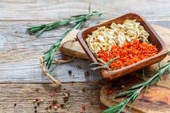 Bacia com cenouras e raiz de aipo secadas Imagem de Stock Royalty Free
