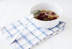 Bacia com cereais e framboesas Imagens de Stock Royalty Free