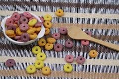Bacia com cereais redondos coloridos fotos de stock royalty free