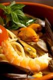 Bacia com espaguete do camarão foto de stock