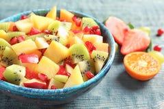 Bacia com frutos frescos do corte Fotos de Stock Royalty Free