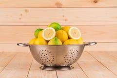 Bacia com frutos, na tabela de madeira Fotografia de Stock Royalty Free