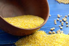 Bacia com grãos de milho Fotos de Stock