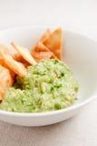 Bacia com guacamole e nachos Fotografia de Stock Royalty Free