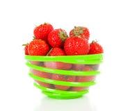 Bacia com morangos frescas foto de stock royalty free