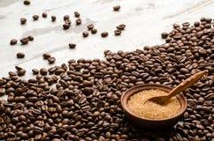 A bacia com o açúcar mascavado é para feijões de café Imagens de Stock Royalty Free